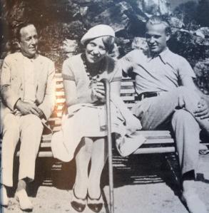 Klaus Holma yhdessä vanhempiensa kanssa. Kuva Mielikki Ivalon teoksesta Puuskatuulessa. Weilin & Göös 1974.