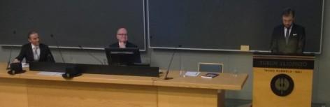 Lektio käynnissä, vastaväittäjä kuuntelee tarkkavaisesti. Kuva: Marjo Kaartinen.